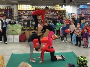 Kärkkäisen lasten päivä akrobatia pyramidi
