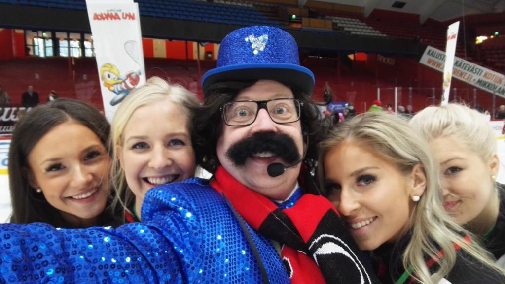 Cheerleaderit halusivat kuvaan Tirehtöörin kanssa...